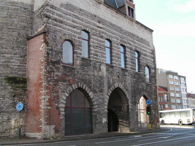 Oorspronkelijk werd deze poort de Overste Poort genoemd omdat ze in hoogte de andere elf stadspoorten van de 13e-14e eeuwse omwalling overtrof.