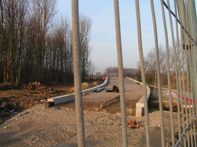Fiets- en voetgangersbrug over de Woluwelaan In 2007 realiseerde de Vlaamse Overheid in samenspraak met de stad Vilvoorde reeds een eerste brug voor zwakke weggebruikers over de R22-Woluwelaan ter hoogte van het Schoewever. Hierdoor werd de verbinding tussen de wijk Houtem en het centrum van Vilvoorde een stuk veiliger voor fietsers en voetgangers, met name voor schoolgaande jongeren.