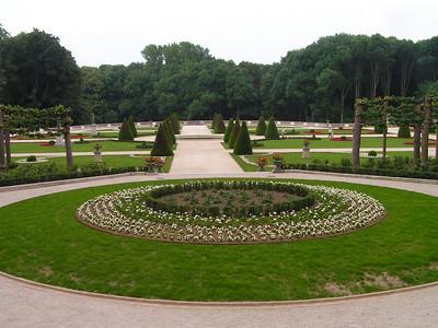 Het domein Drie Fonteinen (55 ha.) wordt algemeen beschouwd als één van de oudste landschappelijke 'Engelse' tuinen van België (1755). Sinds 2006 bestaat er een erfpachtovereenkomst tussen de eigenaar (stad Vilvoorde) en het Vlaamse Gewest. Het domein wordt sindsdien beheerd door het Agentschap voor Natuur en Bos - Vlaams-Brabant. In uitvoering van een stappenplan werd de aanwezige 'Franse tuin' gerestaureerd en op 3 juni 2007 plechtig geopend voor het publiek