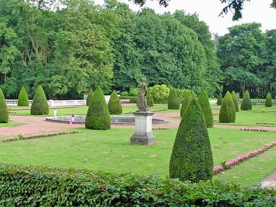 VOOR: De gerestaureerde Franse tuin, Park 3 Fonteinen, Koningslosteenweg, 1800 Vilvoorde Sinds 1956 is de stad Vilvoorde eigenaar van het Domein Drie Fonteinen, 50 ha groot. Het is de samenvoeging van drie voormalige kasteeldomeinen. Het grootste deel van het park is aangelegd in Engelse landschapsstijl. Het domein bevat nog enkele historische gebouwen zoals een oranjerie met Franse tuin. Je vindt er ook vijvers, een dierenweide, een speeltuin en sportaccomodatie.