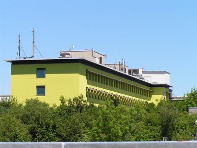 De Sint-Jozefkliniek werd in 1932 opgericht door de zusters Augustinessen. Het beheer van het ziekenhuis werd in 1974 overgedragen aan de Sint-Michielsbond (Christelijke Mutualiteit). Vandaag beschikt het ziekenhuis over 434 erkende bedden.