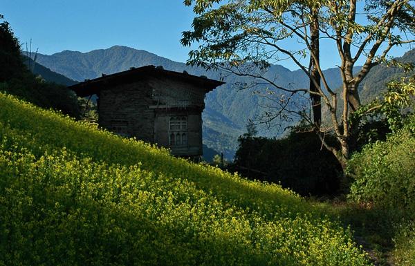 Farm buildings on the trail from Nimshong to Nabji