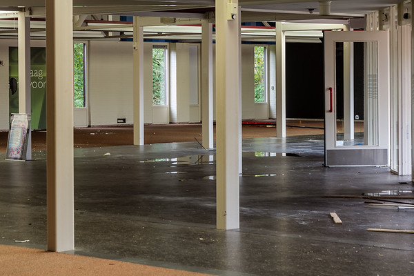 23 oktober, de slopers zijn in en om het gebouw bezig met het verwijderen van materialen die hergebruikt kunnen worden.