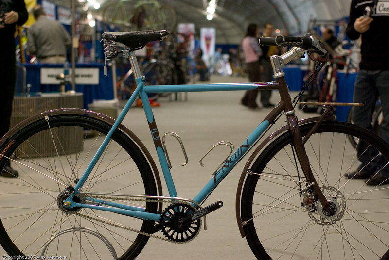 Engin commuter with a small front rack.