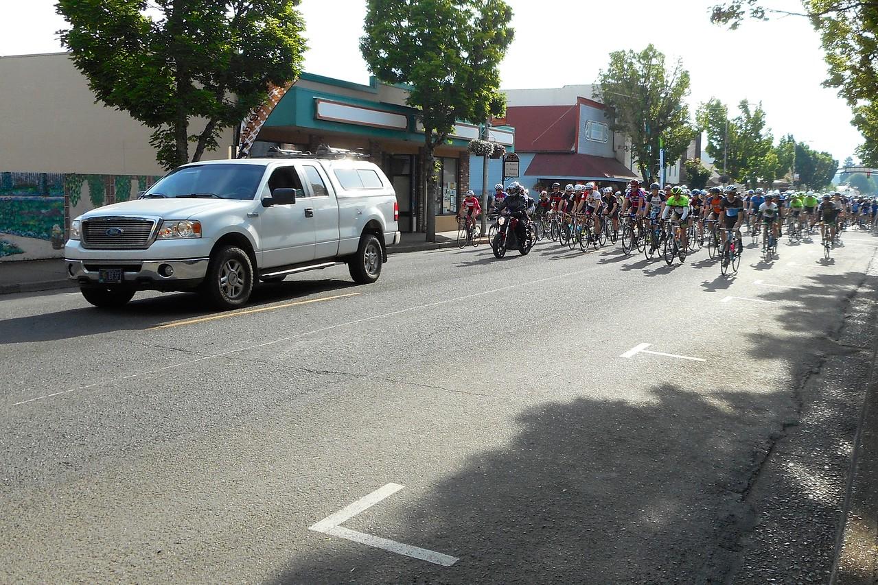 and the riders are off! The truck/moto escort is going far too slow, so the cyclists are coming past.