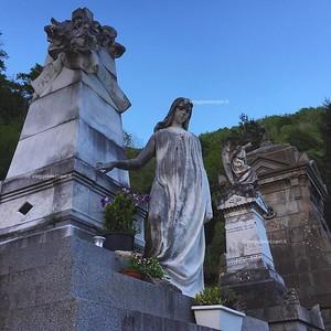 Una sera al Cimitero Monumentale di #Rosazza! Poco prima dell'inizio di #BielleseMisterioso, con l'arrivo della notte, queste statue magnifiche di rendono pian piano spettrali. Anche questa è Valle Cervo! #ExploreBiella #ExploreRosazza #innamoratidelbiell