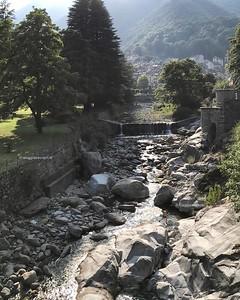 Ombre, luci, riflessi sul torrente Cervo a #Rosazza, location suggestiva dove ieri e oggi va in scena #BielleseMisterioso! Curiosi di conoscere le storie del paese mistico d'Italia? C'è ancora posto, e stasera si torna in Valle Cervo! #ExploreBiella #Biel