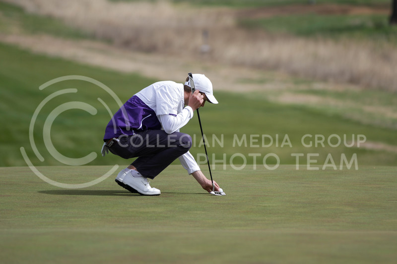 Luke O'Neill lines up the ball during the first round of the Big 12 Golf Championship at Prairie Dunes Country Club on April 26, 2021. (Sophie Osborn   Collegian Media Group)
