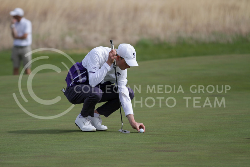Luke O'Neill places the ball during the first round of the Big 12 Golf Championship at Prairie Dunes Country Club on April 26, 2021. (Sophie Osborn   Collegian Media Group)