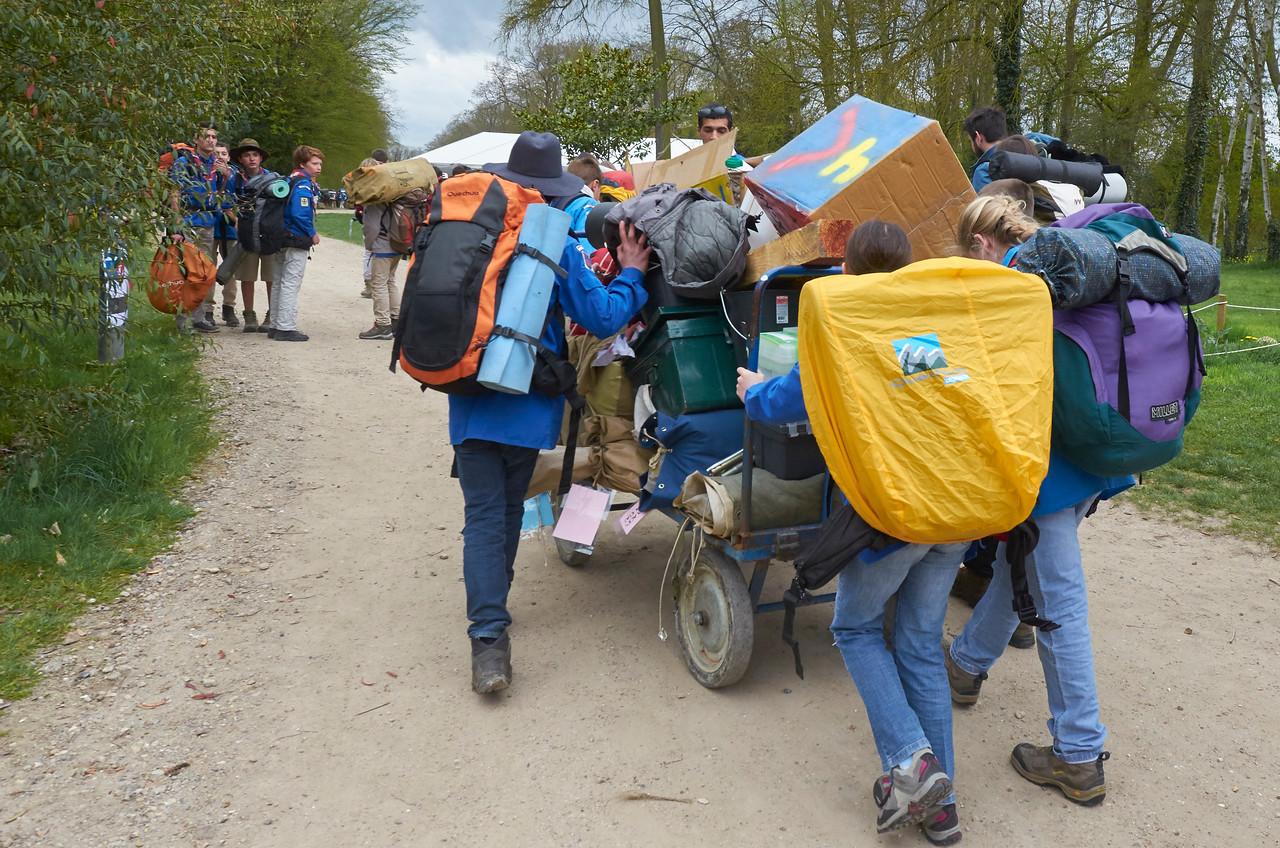 Scouts et guides partant camper