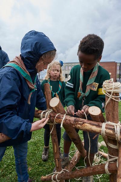 Les louveteaux construisent un jeu en bois