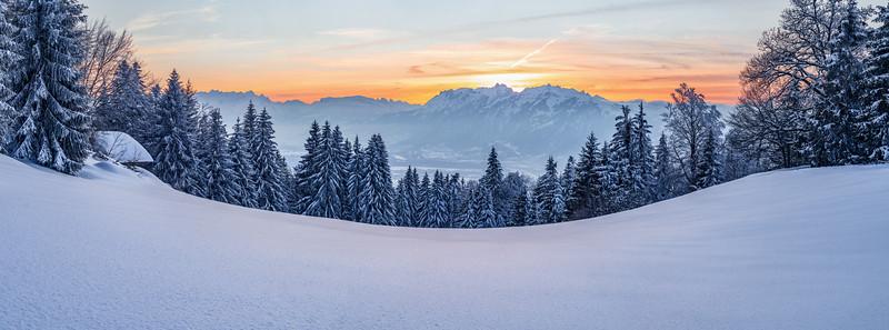 Nach dem Sonnenuntergang oberhalb vom Rheintal mit Blick auf das Vorderland und die Schweizer Berge