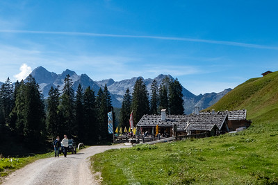 Approaching the Kallbrunn Alm