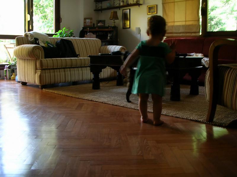 Gozde teyzelere kahvaltiya gittik, ben evin icinde fink atiyorum. 17/06/2008.