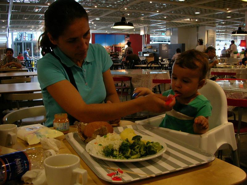 Once kedi sonra Ikeada alis veris, acikmisim, direk yemek olyina girdik. 17/06/2008.
