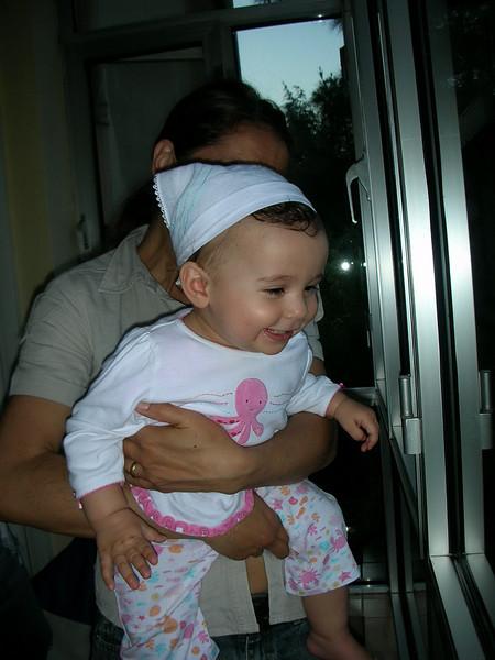 Balkondan asagiya gulucukler atiyorum cunku asagida buyuk annane, annane ve Kemal dayi var ve bana el salliyorlar. 10/06/2008.
