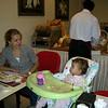 Arzu teyzemle disarida yemekteyiz. Mama sandalyemi cok basarili buldum. Oldukca asortik.
