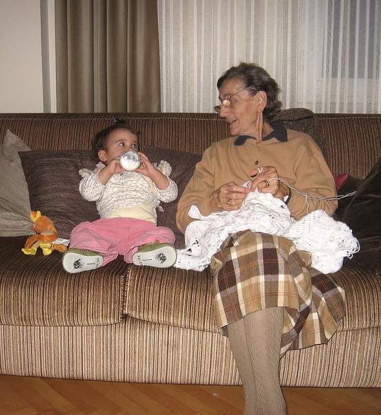 Buyukanne ile koltukta oturuyoruz. Ben yine birseyler iciyorum, buyukanne ise herzamanki gibi biseyler oruyor. 07/01/2009.