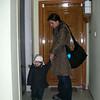Annemle ben iyice giyinmisiz asansor bekliyoruz.