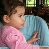 Mama sandalyesi de varmis, bizimkiler kahvaltiya devam ederken ben de oyuncaklarimla oyalaniyorum.