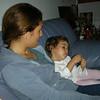 Yorulmusum herhalde, anneye yaslanmis oturuyorum.