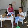 Bahcede Alya ile oynuyorum. Annanem dondurma getirmis, keyif yapiyoruz. 05/06/2009.