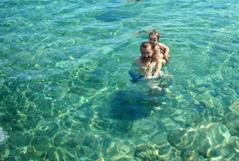 Aaa orda da bir bebek var suda, cok komik hareketler yapiyo...
