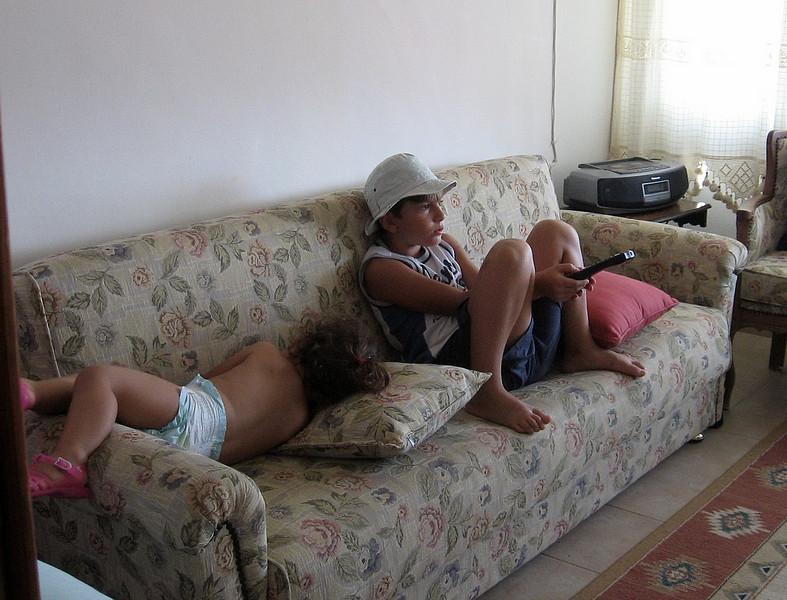 Eren elinde uzaktan kumanda TV seyrediyor bende koltugun kenarina kivrilmis uyumus kalmisim.  Ben hep diyorum, erkeklerin eline vermeyeceksin su uzaktan kumandayi. 28/08/2009