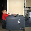 Annemi bu ay cok calistirdilar. Dubai donusu valizi kontrol ediyorum, icinde benim icin alinmis bir suru malzeme var. 03/05/2008.