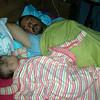 Babamida ben uyutuyorum, yalniz arada bende dalip gidiyorum. Uyutup kacmasin diye ayagimi koyuyorum.