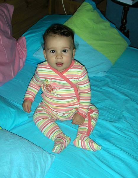 Tam uyuyordumki birden yine ayaklandim, cin gibi oldum. Eh haliyle babamda fotografimi cekti. 09/05/2008.