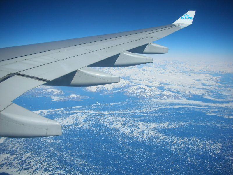 Ben yollardayim. Gronlandin oralarda bir yerde eriyen buzullari bizzat gozlerimle gordum. Denizin ustundeki o beyaz seyler erimis buz parcalari.