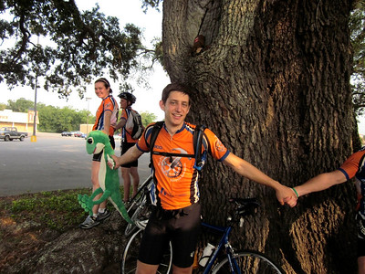 2010 08-07 At the conclusion of riding 2500 miles, riders (including the gecho) join hands around a large oak tree where Northshore (LA) Fuller Center hosted a celebration picnic. ky