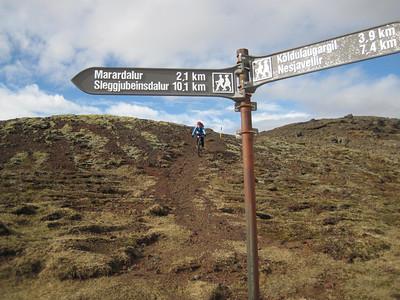 Við búnar að bisast í að mér fannst heillangan tíma en aðeins komnar 3 km af slóðinni góðu.