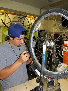 Lubricating the spokes before truing the wheel