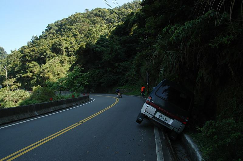 這樣停車的確比較不會擋路