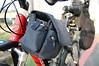原先沒有適合方式攜帶與固定DSLR,後來拿出在日本買的單機相機包,用魔鬼沾束帶穿過相機包背部的腰帶孔,前端固定於龍頭豎桿,後端固定於上管,順利通過穩定度與不妨礙踩踏測試。