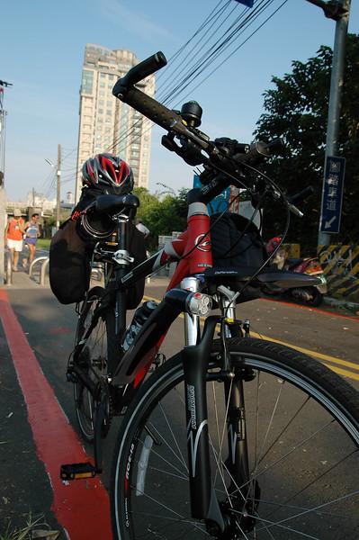 早上七點@景美溪腳踏車道起點,趁著大家還沒到,拍拍未來將伴我環台的車子和裝備