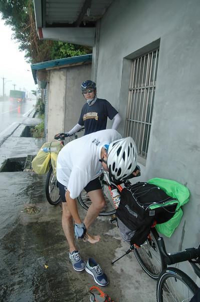騎了一段雨實在太大,只好在路邊休息(後來證明休息是錯的,因為到晚上都還是那麼大)