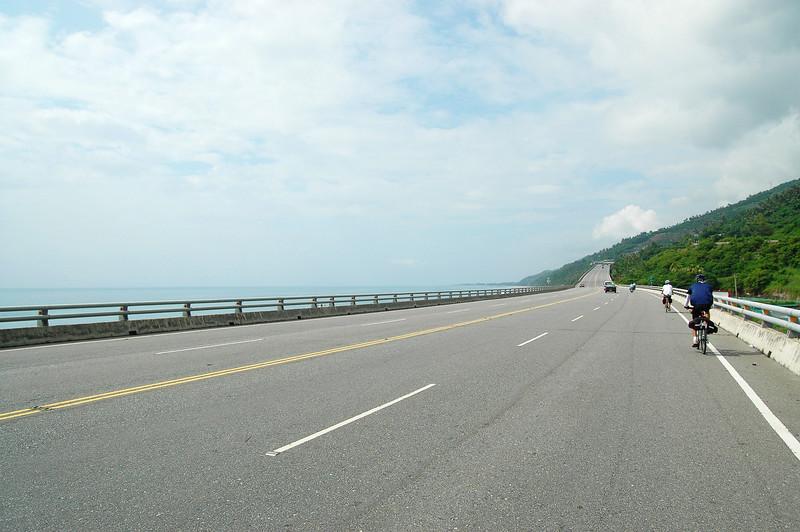 台東以南的台九線,大致也是沿海岸前進,不同的是,路寬了、坡緩了。相較於蘇花公路的險峻奇景,這段路的景色顯得較為開闊舒暢