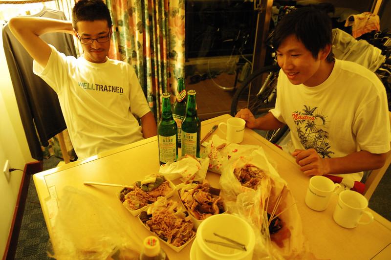 戰利品:爆貴又超辣的吳師傅滷味、東山鴨頭、鹹酥雞+金牌台啤:三個俗辣只能如此消磨墾丁夜晚