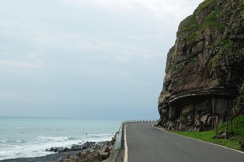 若要說最接近海的公路,莫過於台26的旭海-港仔這段路了。以前這段曾是軍事管制區,如今軍事單位多半撤離,道路於是對外開放,海邊的碉堡與軍事設施,總讓我有點回到外島的錯覺。