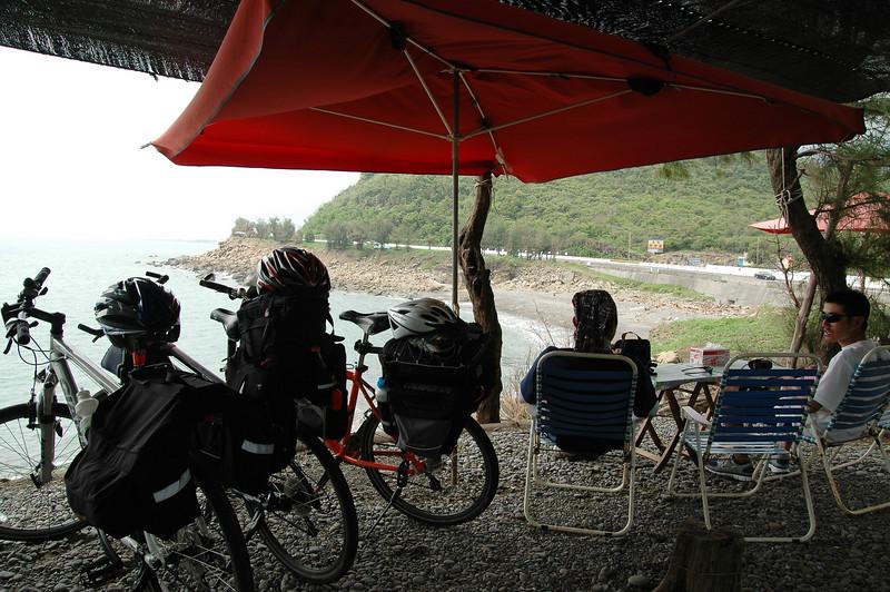 路邊找個海邊咖啡座休息喝飲料