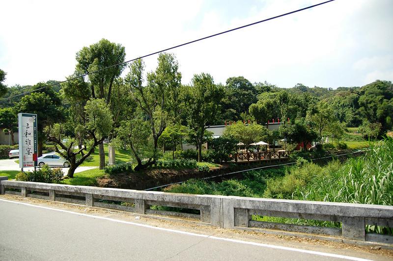 近來台灣流行窮鄉僻壤裡的高級休閒度假區(牡丹鄉的牡丹園才扯,鳥不生蛋的地方一晚要10000以上)