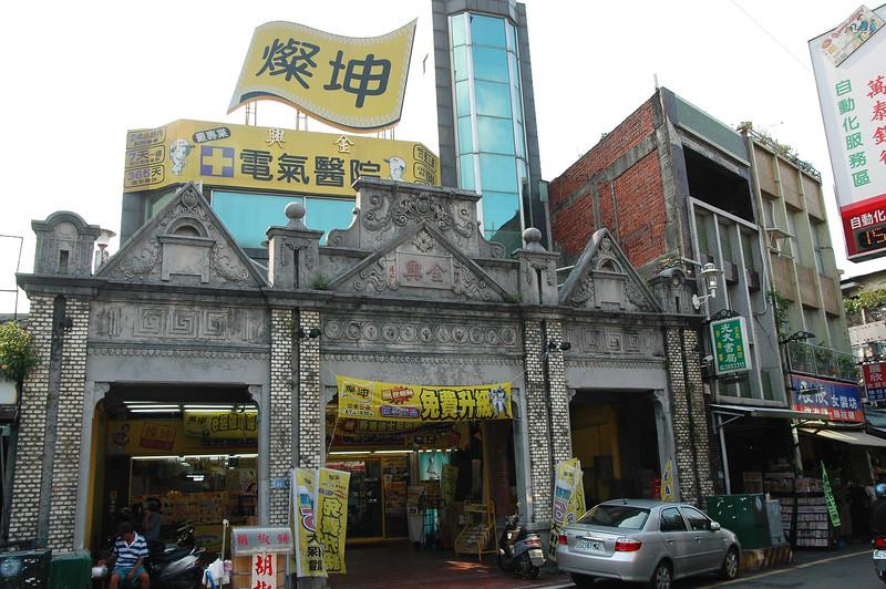 老建築開黃色鬼屋....很詭異