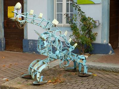 Odd little dinosaur (?) sculpture