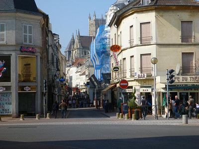 Meaux: street with cathedral