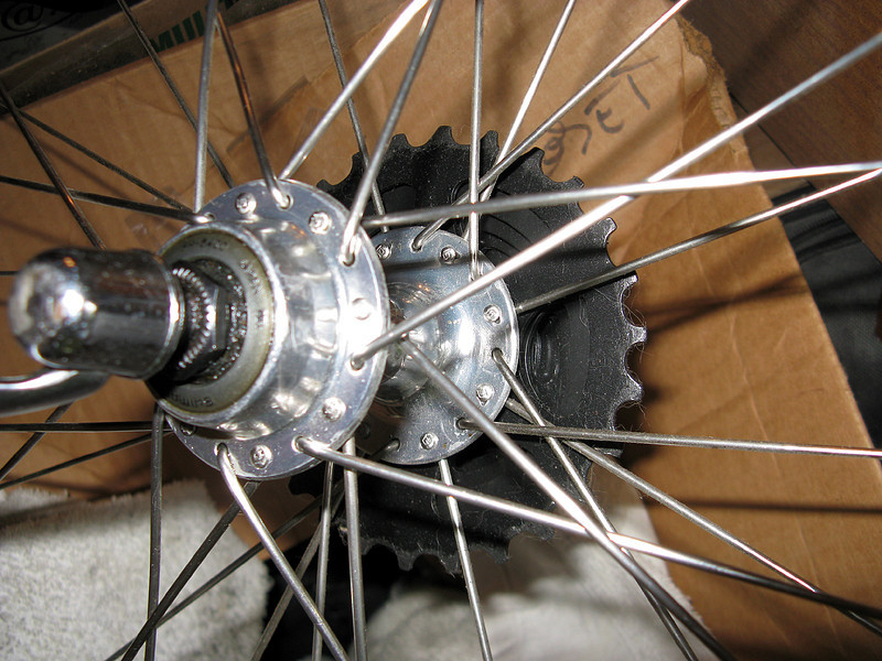 """Crow's Foot"" or hybrid lacing (drive side) and 2x on non-drive side on a Shimano 32-hole small flange hub"