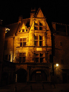 Maison de la Boetie at night