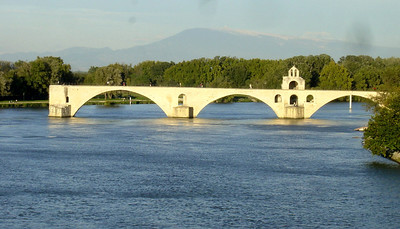 Pont d'Avignon (Mont Ventoux in the background). It's the end of our biking trip and my lens is dirty :((